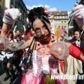 het-hon-voi-nhung-zombie-ngap-tran-duong-pho