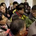 Người thân của hành khách trên chuyến bay MH370 chờ tin trong tuyệt vọng ở một khách sạn tại Bắc Kinh.