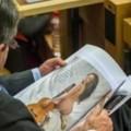 Nghị sĩ 71 tuổi xem ảnh phụ nữ khỏa thân trong phiên họp 1