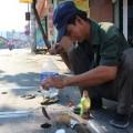 Chuyện lạ: Câu cá ngay trên nắp cống giữa phố Sài Gòn
