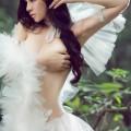 Ảnh sexy thiên thần áo trắng giữa rừng thiêng nước độc