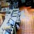 """Cô gái trẻ """"thoát y"""", đập phá trong cửa hàng McDonald 1"""