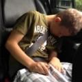 Connor Dirks có thể ngủ trung bình từ 16 đến 20 tiếng đồng hồ một ngày do hội chứng Kleine-Levin.