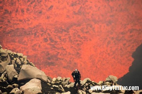 George Kourounis Hai nhà thám đầu tiên hiểm xuống cổng địa ngục ở Thái Bình Dương