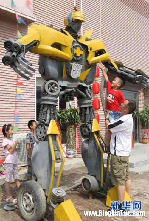 1416586563 transformer tang con 2 Cha làm robot Transfomers 1,6 tấn từ phé liệu tặng con trai