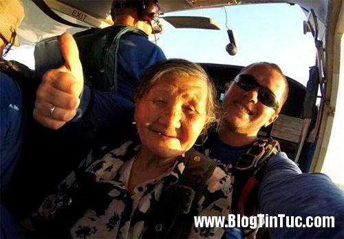 1418540968 qmotnhay du 3 jnku Cụ bà 81 tuổi ở Trung Quốc mê nhảy dù