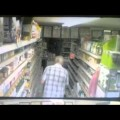 Video: Hộp trà lơ lửng giữa không trung trong siêu thị