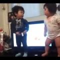 Em bé dễ thương nhảy theo nhạc – so cute
