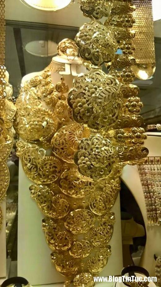 20150725 010902 do xa hoa chv dubai 26132509 520x923 Chiêm ngưỡng độ xa hoa không tưởng của tiệm vàng ở Dubai