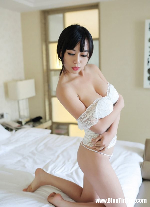 21194 2v1rXs Thiếu nữ e ấp mời gọi trên giường