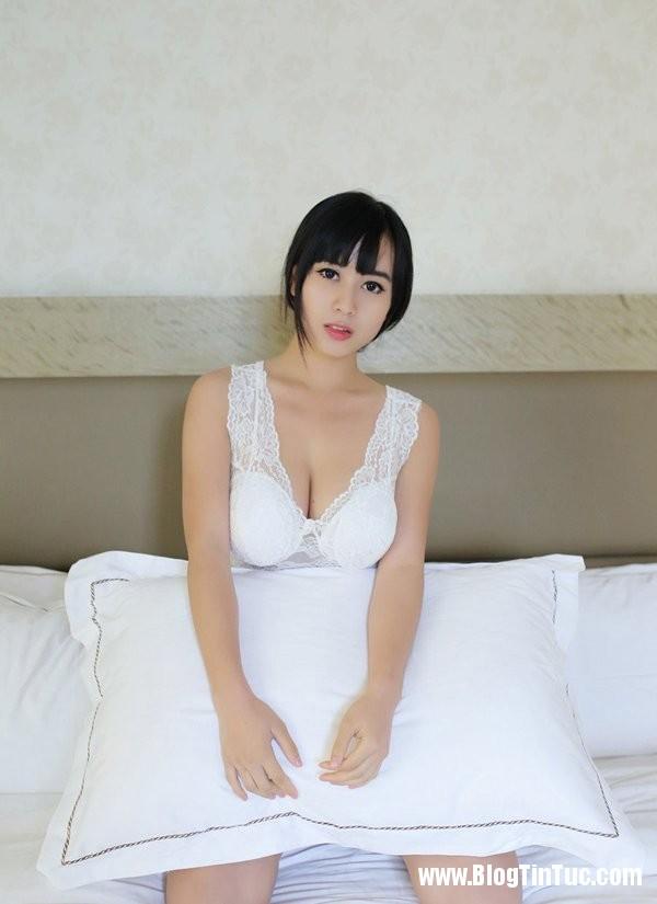 21194 IhTUDL Thiếu nữ e ấp mời gọi trên giường